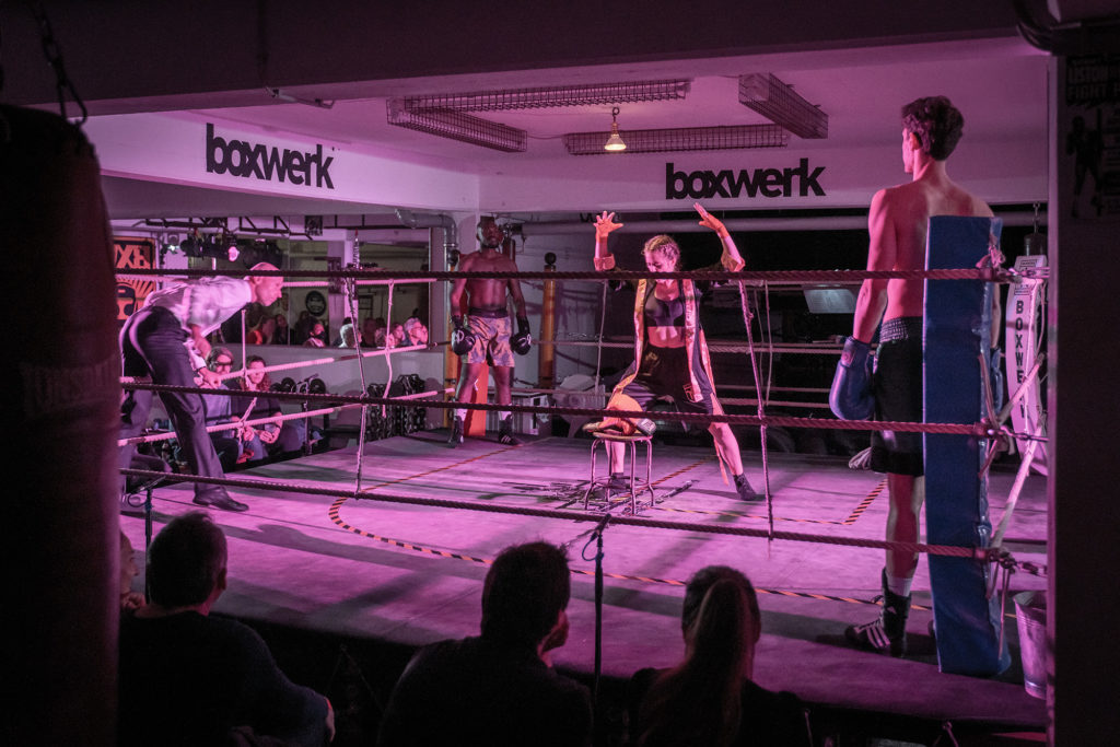 Sängerin Andromahi Raptis und Sportler des BOXWERK München beim HIDALGO Box-Salon, Credit: Max Ott